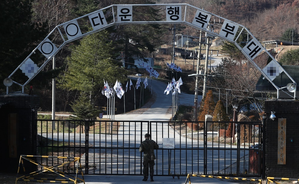 A soldier locks the front gate of a military unit in Cheorwon, Gangwon Province, on Monday, as COVID-19 infections broke out there. (Yonhap)