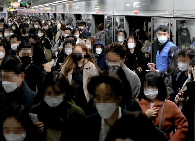 Passengers file out of a subway train at Gwanghwamun Station in downtown Seoul on Nov. 13. (Yonhap)