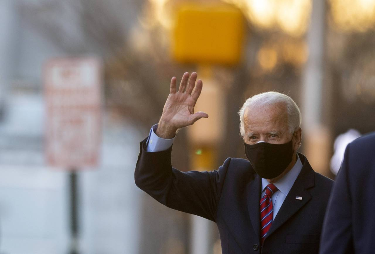 President-elect Joe Biden waves as he departs the Queen Theatre after meeting virtually with the United States Conference of Mayors on Monday in Wilmington, Delaware. As President-elect Biden waits to be approved for official national security briefings, the names of top members of his national security team are being announced to the public. (AFP-Yonhap)