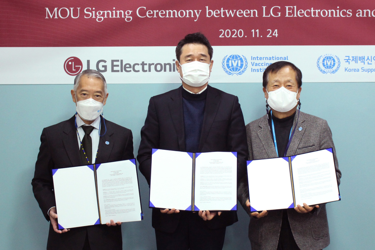From left: Jerome Kim, director general of International Vaccine Institute, Yoon Dae-sik, LG Electronics' senior vice president of government relations and Park Sang-chul, president of Korea Support Committee for IVI, pose for a photo at an event marking the electronics firm's participation in a vaccination support program. (LG Electronics)