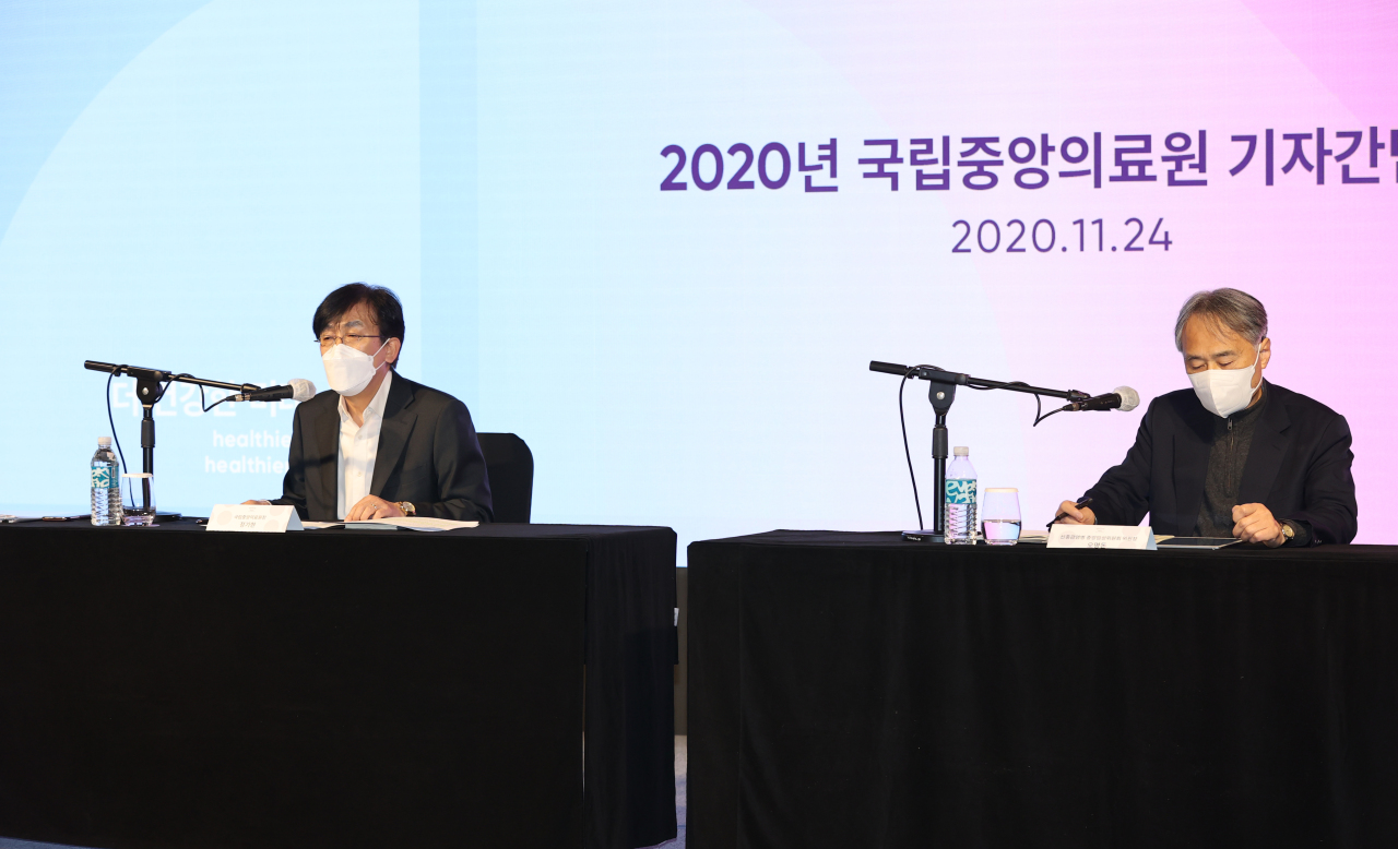 Dr. Jung Ki-hyun (left) and Dr. Oh Myoung-don of the National Medical Center speak to reporters during Tuesday`s conference at a central Seoul venue. (Yonhap)