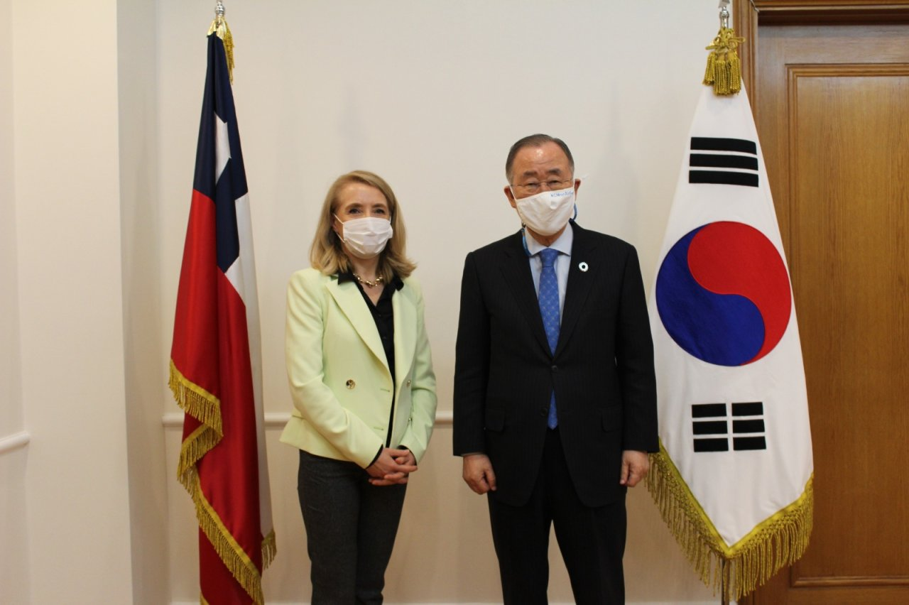 "Ambassador of Chile to South Korea Gloria Cid Carreno (left) and former UN Secretary-General Ban Ki-moon pose for a picture during the ""Strait of Magellan"" Award ceremony held at the Embassy of Chile in central Seoul, Tuesday. (Embassy of Chile in Korea)"