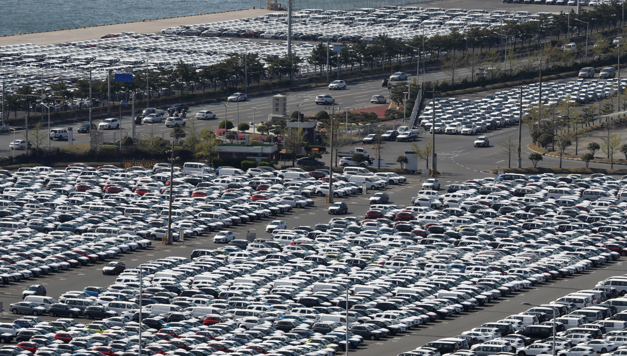 Hyundai cars are lined up to be exported overseas at the company's Ulsan Plant on April 8. (Yonhap)