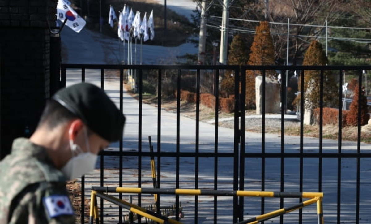 The front gate of a military unit in Cheorwon, Gangwon Province, is locked on Monday, as COVID-19 infections broke out there. (Yonhap)
