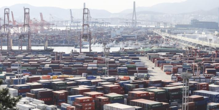 Stacks of cargo containers at South Korea's largest seaport in Busan, 450 kilometers southeast of Seoul. (Yonhap)