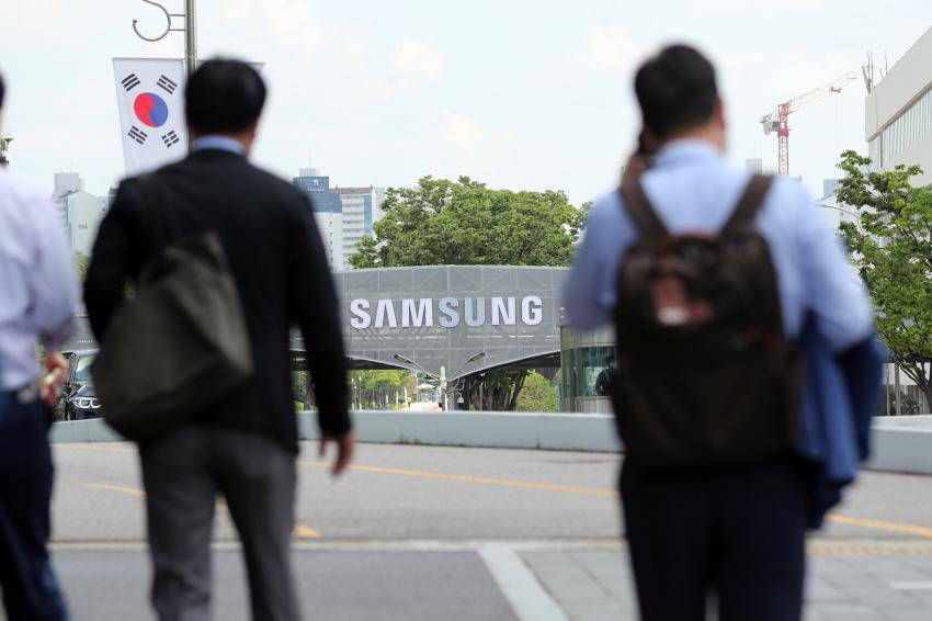 This photo taken on June 11, shows workers heading to Samsung Electronics Co.'s plant in Suwon, south of Seoul. (Yonhap)