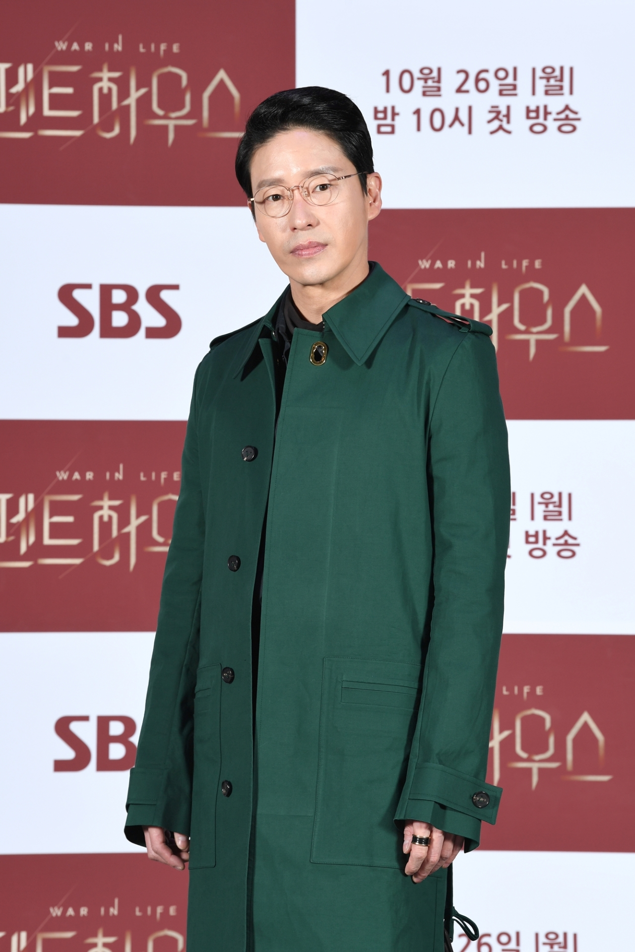 "Actor Um Ki-joon of ""The Penthouse: War in Life"" announced Wednesday that he would self-isolate for two weeks after having come into contact with an extra who was diagnosed with COVID-19. Um tested negative for the novel coronavirus. (SBS)"