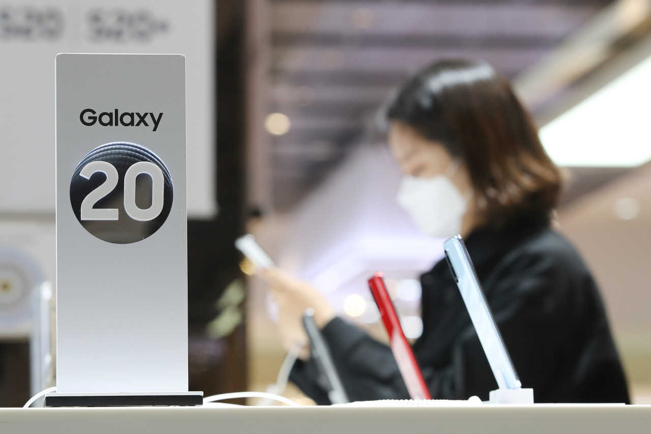 This file photo, taken on April 29, shows Samsung Electronics Co.'s Galaxy S20 smartphones displayed at a store in Seoul. (Yonhap)