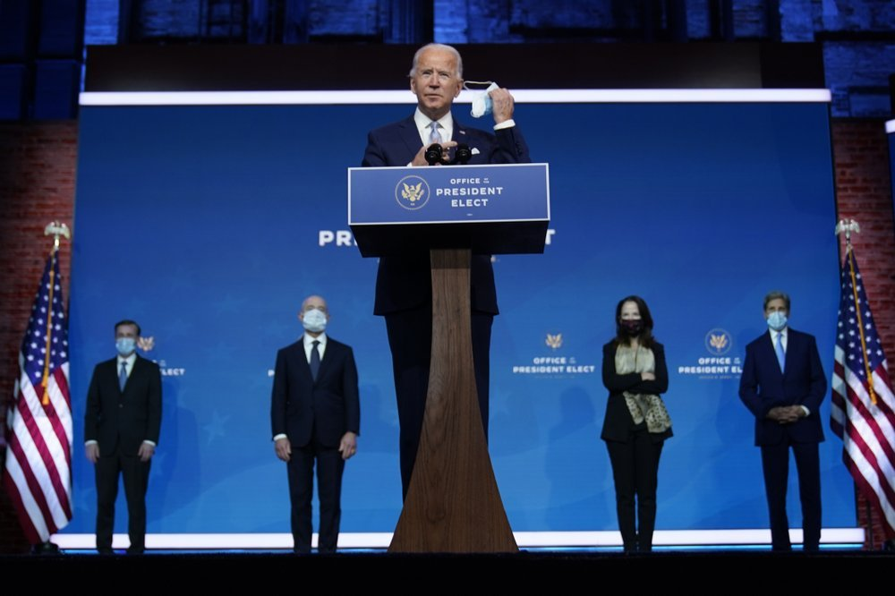 President-elect Joe Biden removes his face mask as he arrives to introduce his nominees and appointees to key national security and foreign policy posts at The Queen theater, Tuesday, in Wilmington, Del. (AP-Yonhap)