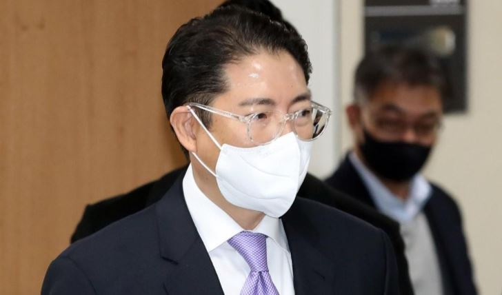 Cho Hyun-joon, chairman of Hyosung Group, walks out of the Seoul High Court after a sentencing hearing on Wednesday. (Yonhap)