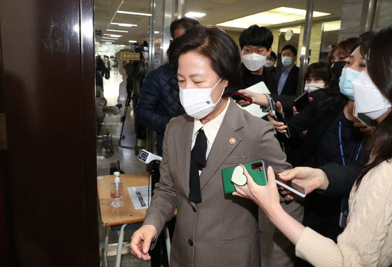 Justice Minister Choo Mi-ae is surrounded by journalists as she heads for a meeting on the selection of the inaugural chief of a new investigative body at the National Assembly in Seoul on Wednesday. (Yonhap)