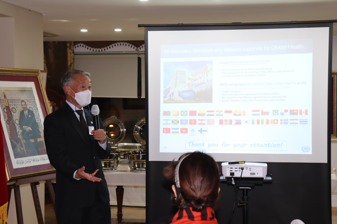 Dr. Jerome H. Kim of the International Vaccine Institute gives a lecture at the Moroccan ambassador`s residence in Seoul on Tuesday evening.