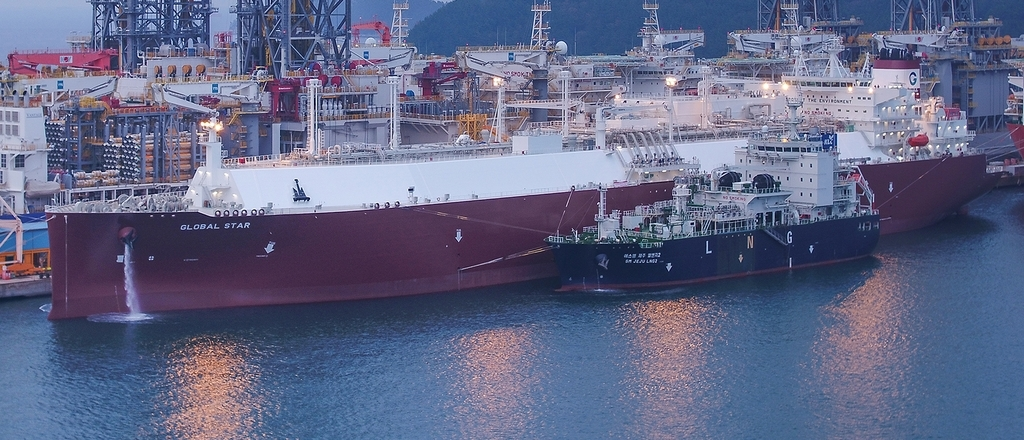 Ship-to-ship LNG loading test to confirm the safety of newly built LNG carriers' tanks for the first time in the world in Okpo, Geoje Island, about 400 kilometers of south of Seoul. (Daewoo Shipbuilding & Marine Engineering Co.)