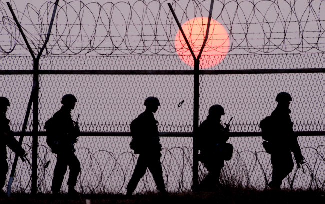 South Korean soldiers patrol along a border fence in northwestern Gyeonggi Province. (Park Hyun-koo/The Korea Herald)