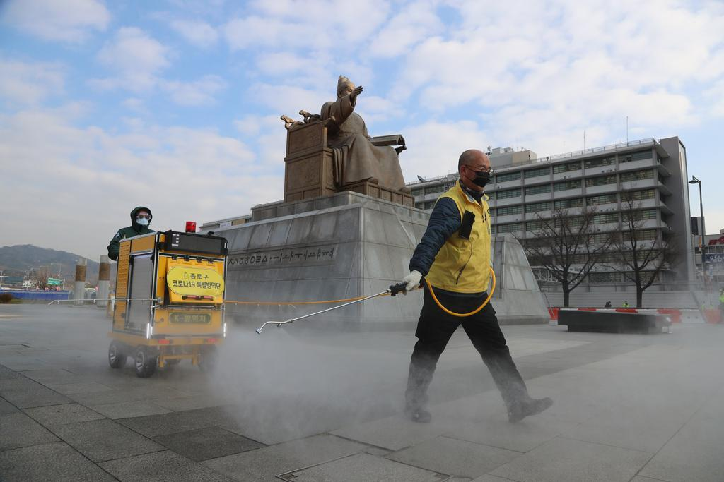 Officials of Jongno Ward office sanitize Gwanghwamun Square in downtown Seoul on Thursday, ahead of an opposition lawmaker's announcement of his election bid for the Seoul mayoral election. (Yonhap)