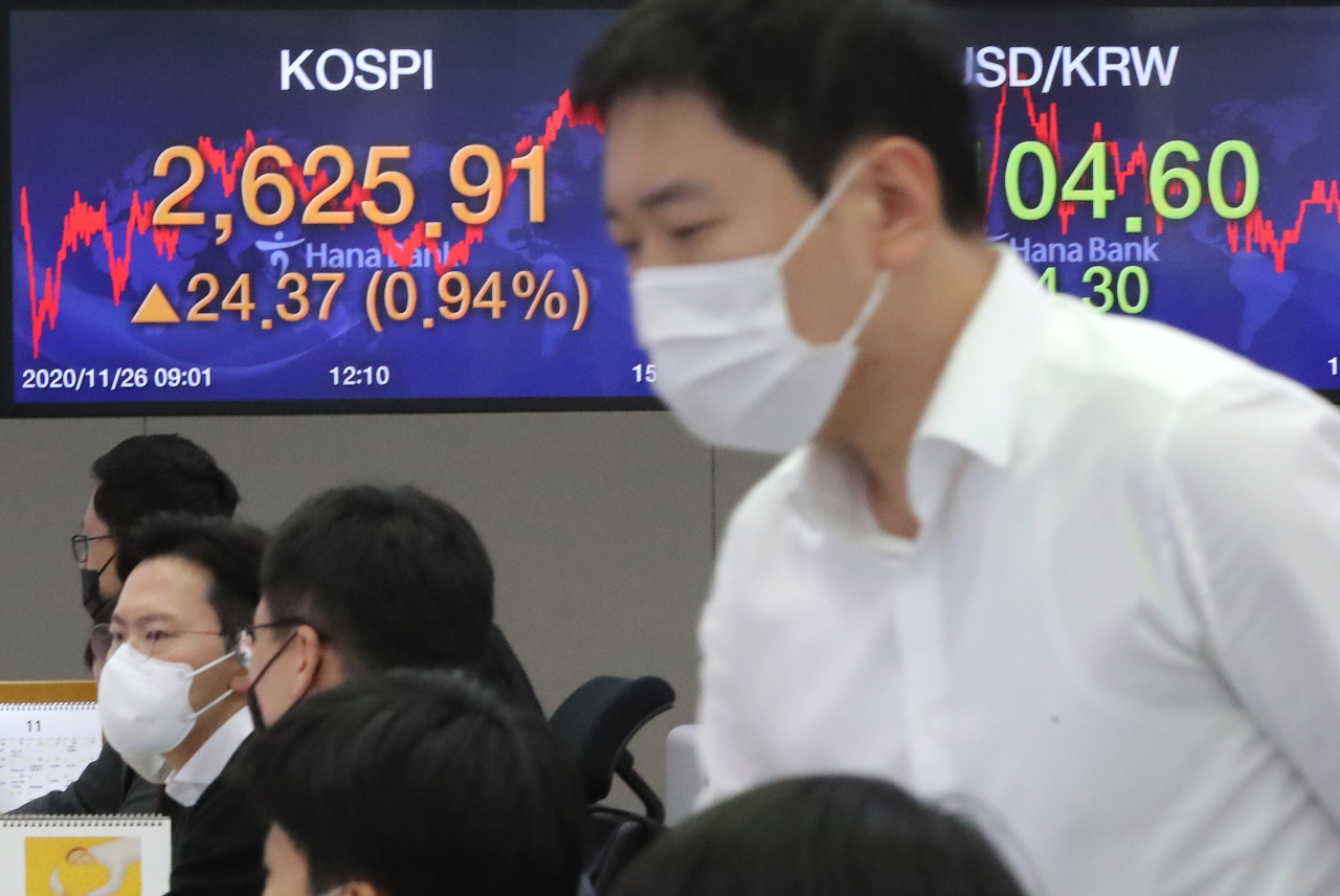 Electronic signboards at the trading room of Hana Bank in Seoul show the benchmark Kospi closed at 2,625.91 on Thursday, up 24.37 points or 0.94 percent from the previous session's close. (Yonhap)