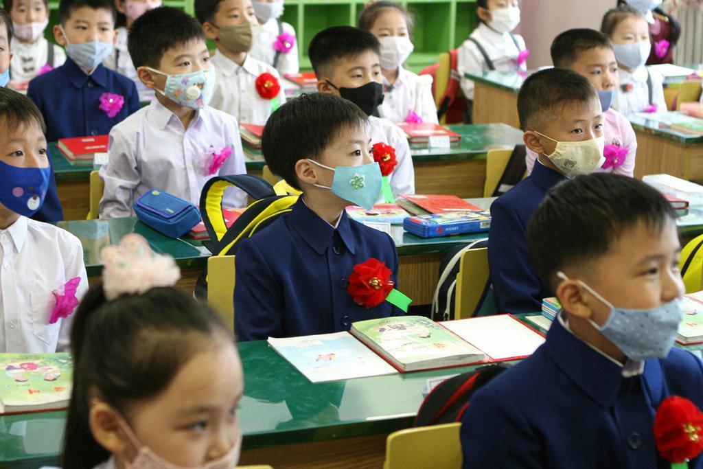 Students take a class while wearing masks at Okryu Elementary School in Pyongyang on June 3, 2020, the first day of belated school reopening due to COVID-19. (Photo captured from the homepage of Echo of Unification)