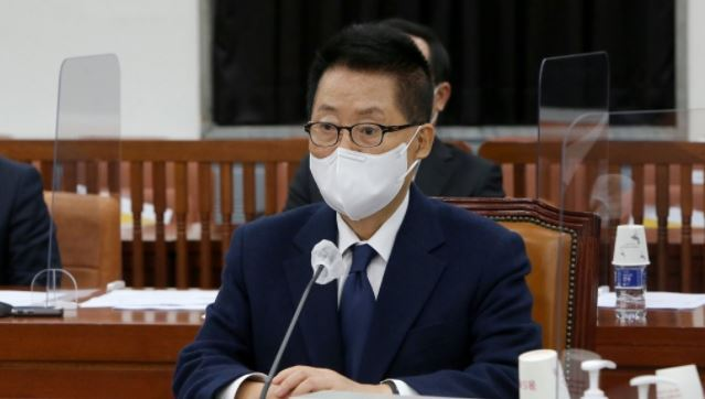 Park Jie-won, director of the National Intelligence Service, attends a meeting of the parliamentary intelligence committee at the National Assembly in Seoul on Friday. (Yonhap)