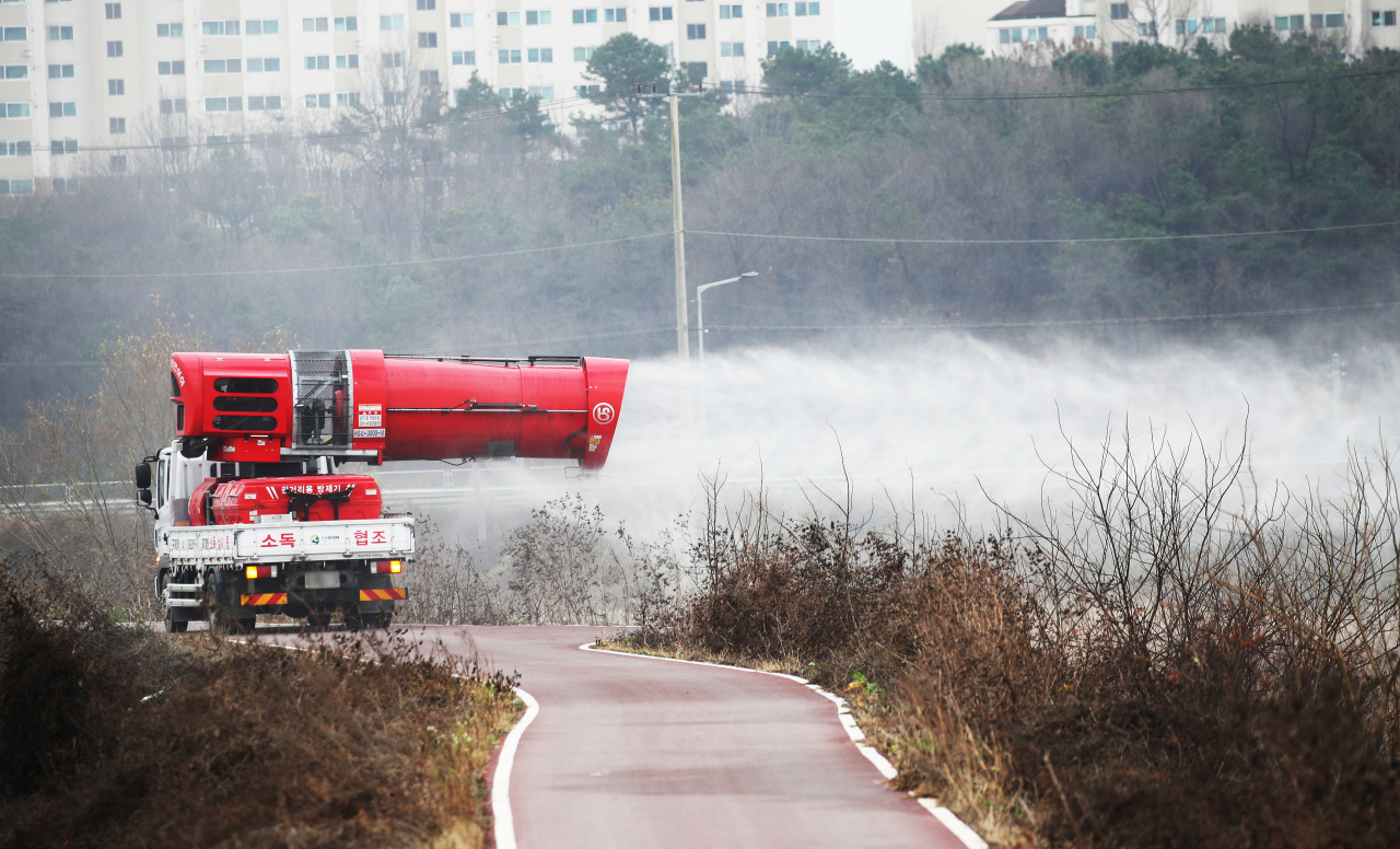 Disinfection under way in Icheon, southeast of Seoul, on Nov. 20, 2020, after an outbreak of highly pathogenic avian influenza was reported among wild birds there (Yonhap)