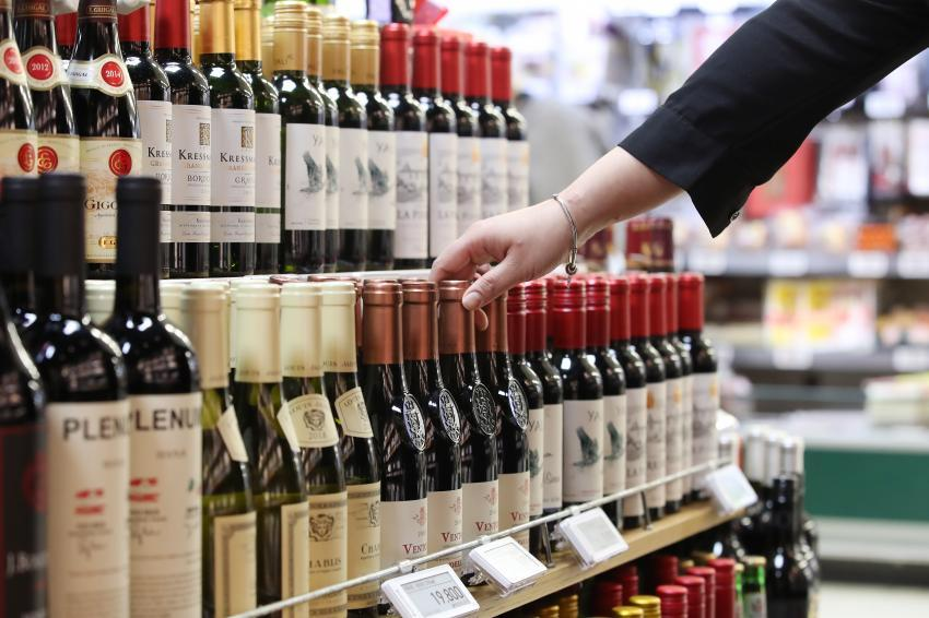 This Yonhap file photo shows a customer picking a wine. (Yonhap)
