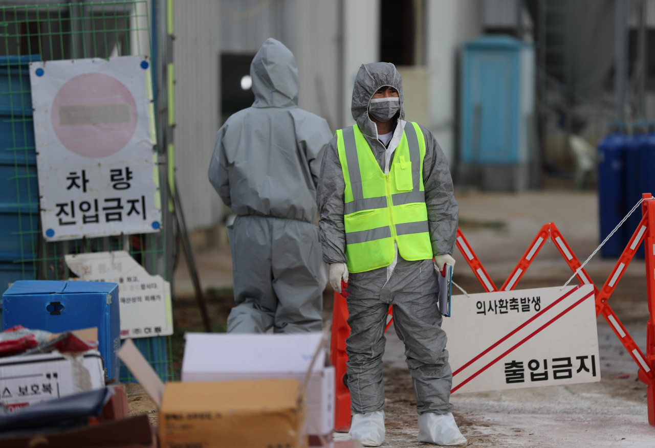 Traffic access is restricted Sunday at a poultry farm in Jeongeup, North Jeolla Province, after an outbreak of the highly pathogenic avian influenza was confirmed at a farm nearby a day earlier. (Yonhap)