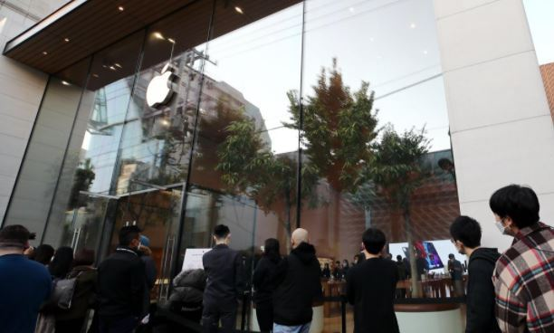 Visitors waiting in line outside Apple Inc.'s store in southern Seoul on the day of the iPhone 12's launch on Oct. 30. (Yonhap)