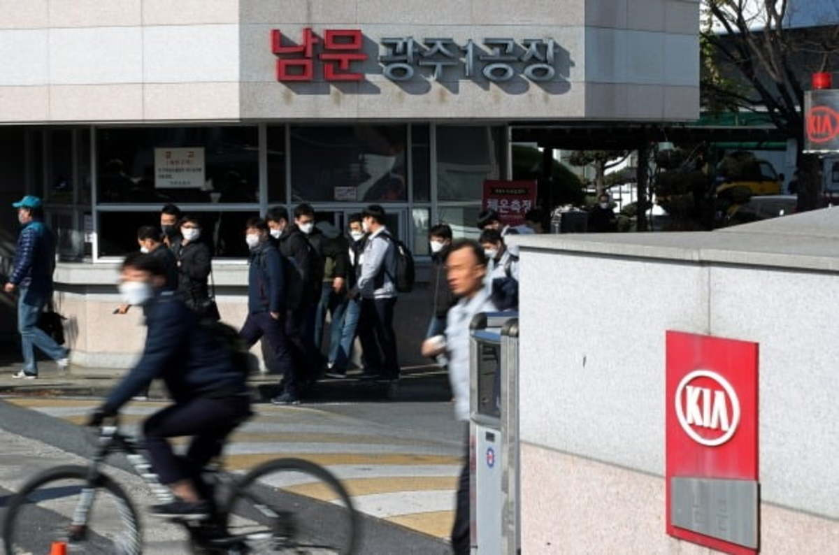 Kia workers leaving the Gwangju plant, 330 kilometers south of Seoul, after finishing their shortened four-hour daytime duty as part of a partial strike for higher wages on Wednesday. (Yonhap)