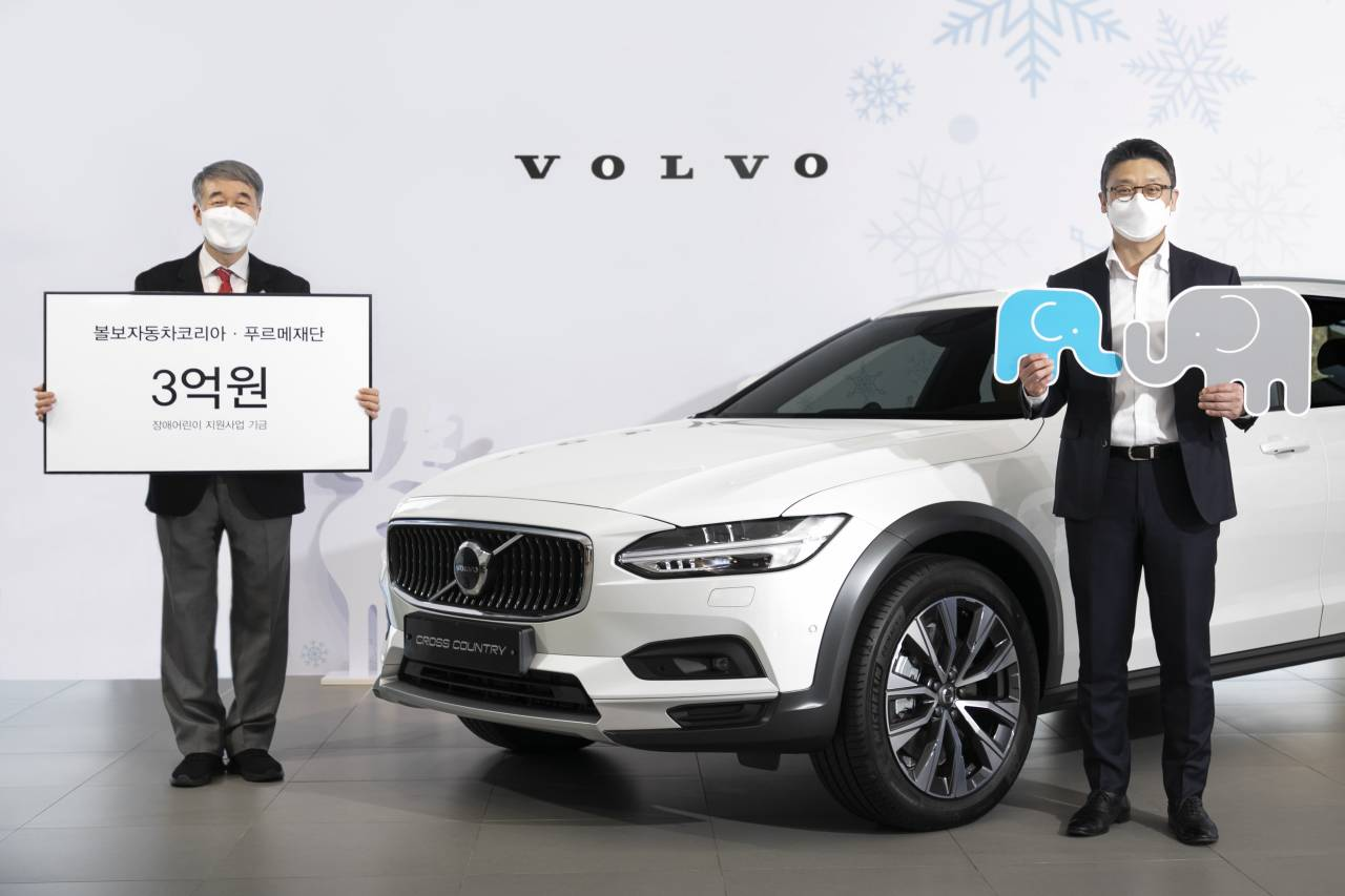 Volvo Cars Korea CEO Lee Yoon-mo (right) and Purme Foundation Executive Director Paik Kyung-hak pose during a donation delivery ceremony in Seoul on Monday. (Volvo Cars Korea)