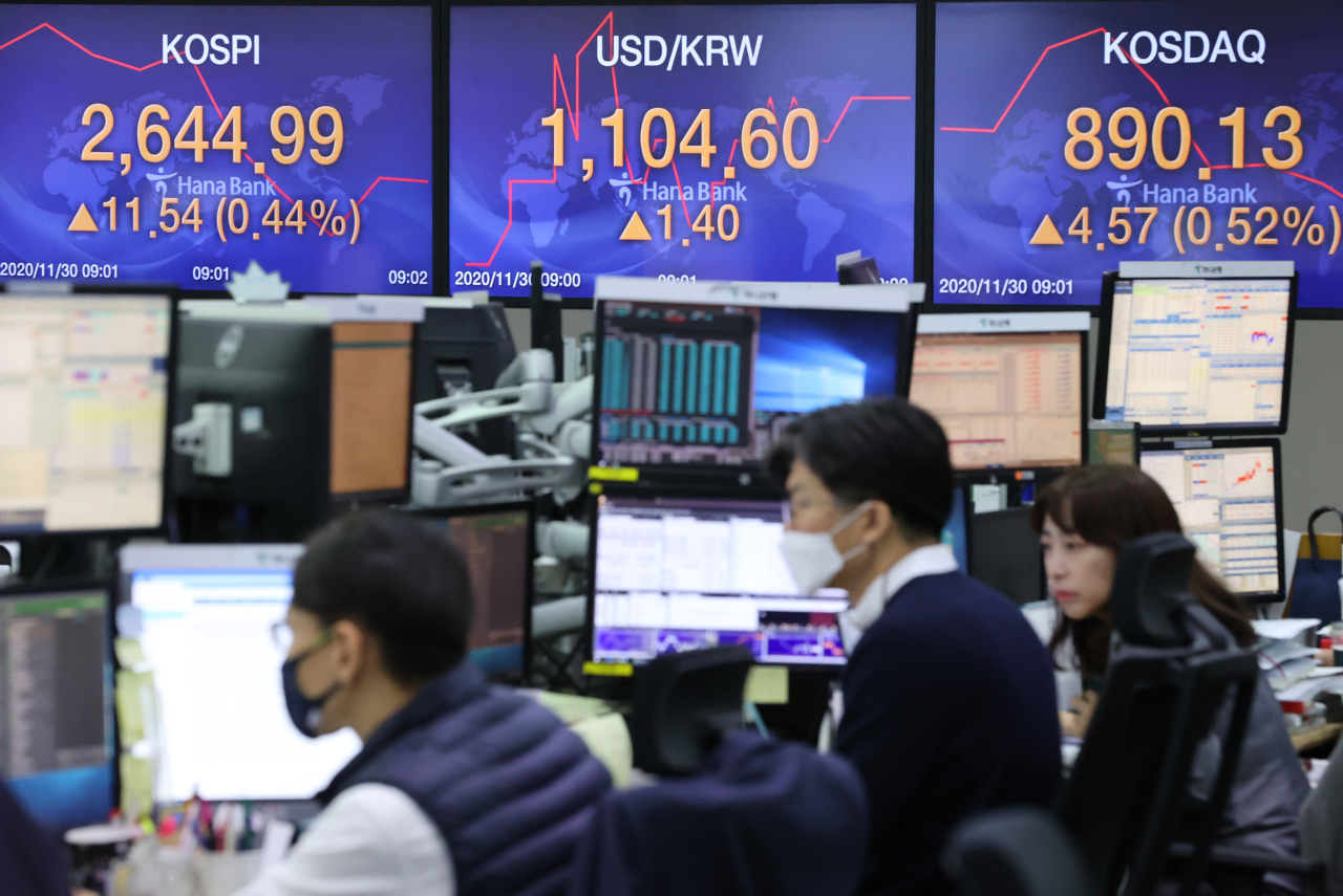 An electronics board shows Kospi continuing its rally during Monday morning trading at Hana Bank's dealing room in Seoul. (Yonhap)