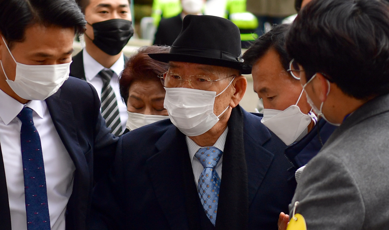 Former President Chun Doo-hwan arrives at the Gwangju District Court on Monday. (Yonhap)