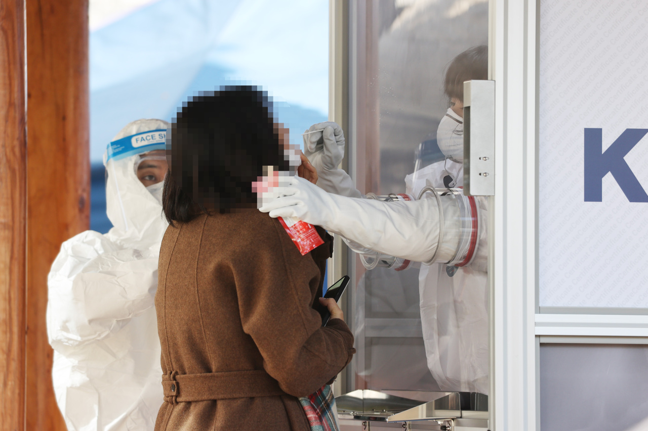 Seoul`s northern Nowon district resident gets nasal swab-test at a testing booth on Monday morning. (Yonhap)