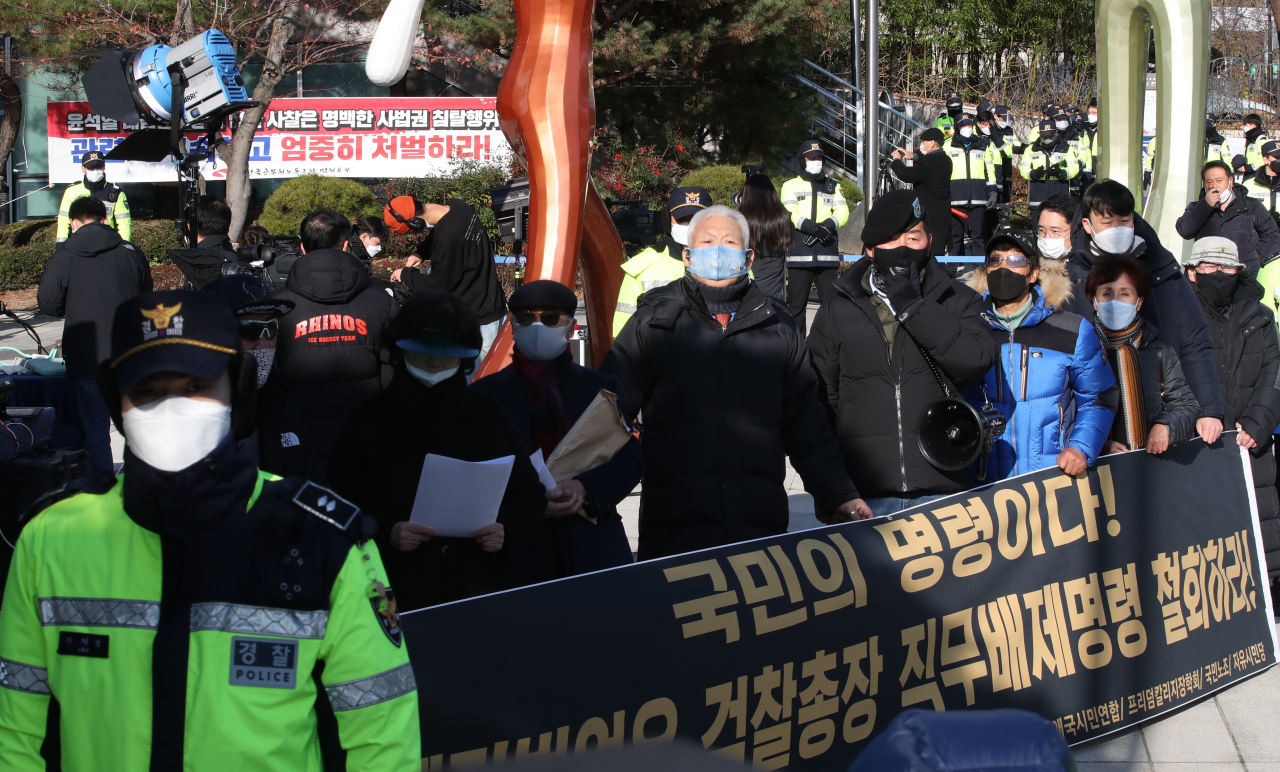 Supporters of Prosecutor-General Yoon Seok-youl protest outside the Seoul Administrative Court on Monday. (Yonhap)
