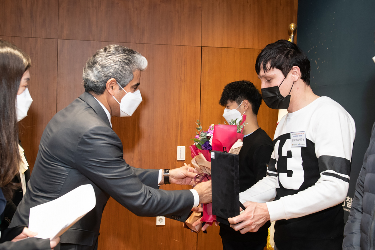 S-Oil CEO Hussain Al-Qahtani (left) bestows awards on Shin Dong-jun (second from right) and Aliakbar (right) for their acts of self-sacrifice at the annual Hero Citizens Award Ceremony held at its headquarters in Gongdeok-dong, Mapo-gu, western Seoul, Monday. (S-Oil)