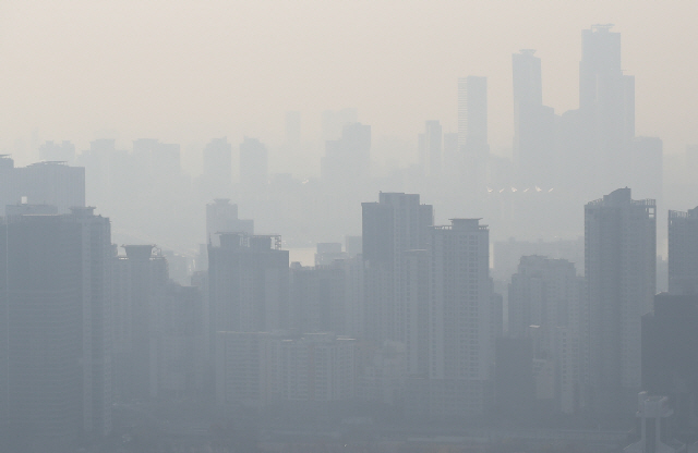 A housing neighborhood in Seoul blanketed with ultrafine dust on Thursday. (Yonhap)
