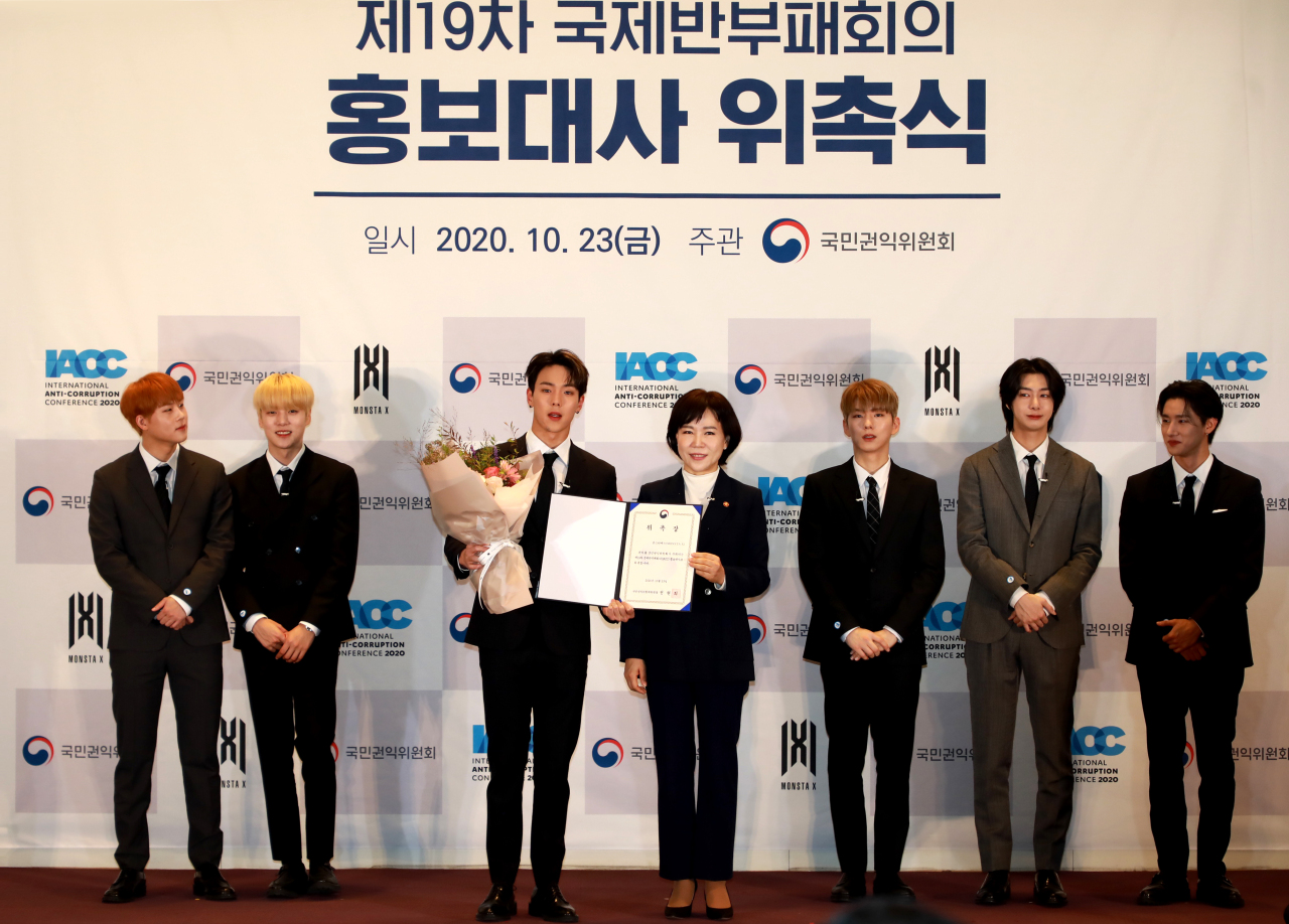 Jeon Hyun-heui (center right), chairperson of the Anti-Corruption and Civil Rights Commission, appoints boy band Monsta X as the publicity ambassadors of the International Anti-Corruption Conference at COEX in Gangnam District, Seoul, Oct. 23. (ACRC)
