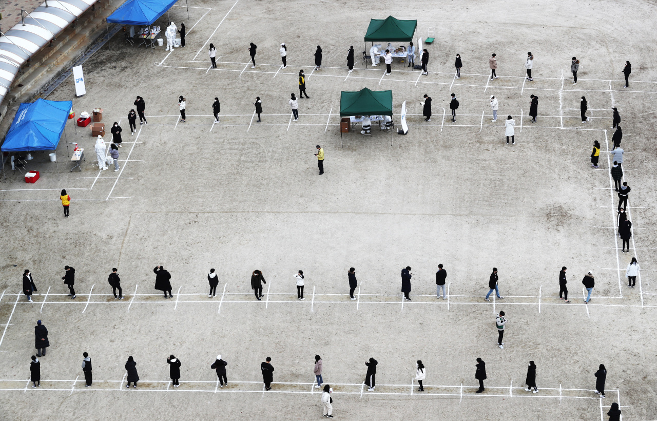 Students and teachers at a high school in Sejong, central South Korea, undergo COVID-19 tests on Sunday, after one of the students was confirmed to have been infected with the coronavirus. (Yonhap)