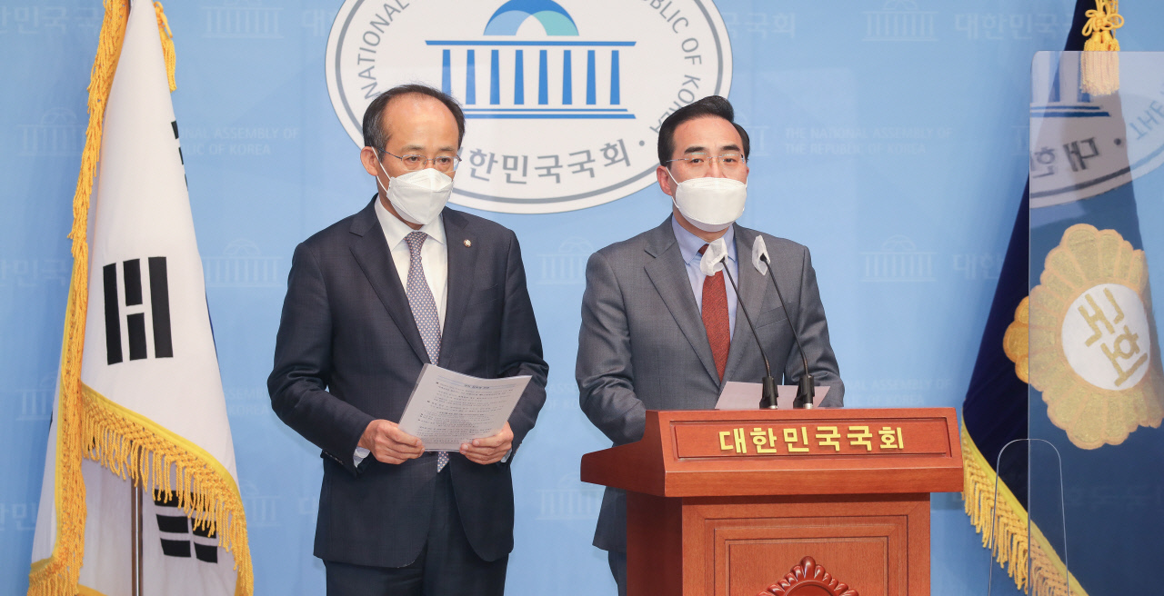 Reps. Park Hong-keun (R) and Choo Kyung-ho, of the ruling Democratic Party and the main opposition People Power Party, respectively, speak during a news conference at the National Assembly in Seoul on Monday. (Yonhap)