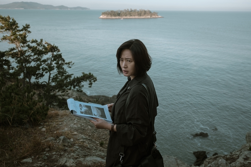"""A scene from """"The Day I Died"""" starring Kim Hye-soo (right) (Warner Bros. Korea)"""