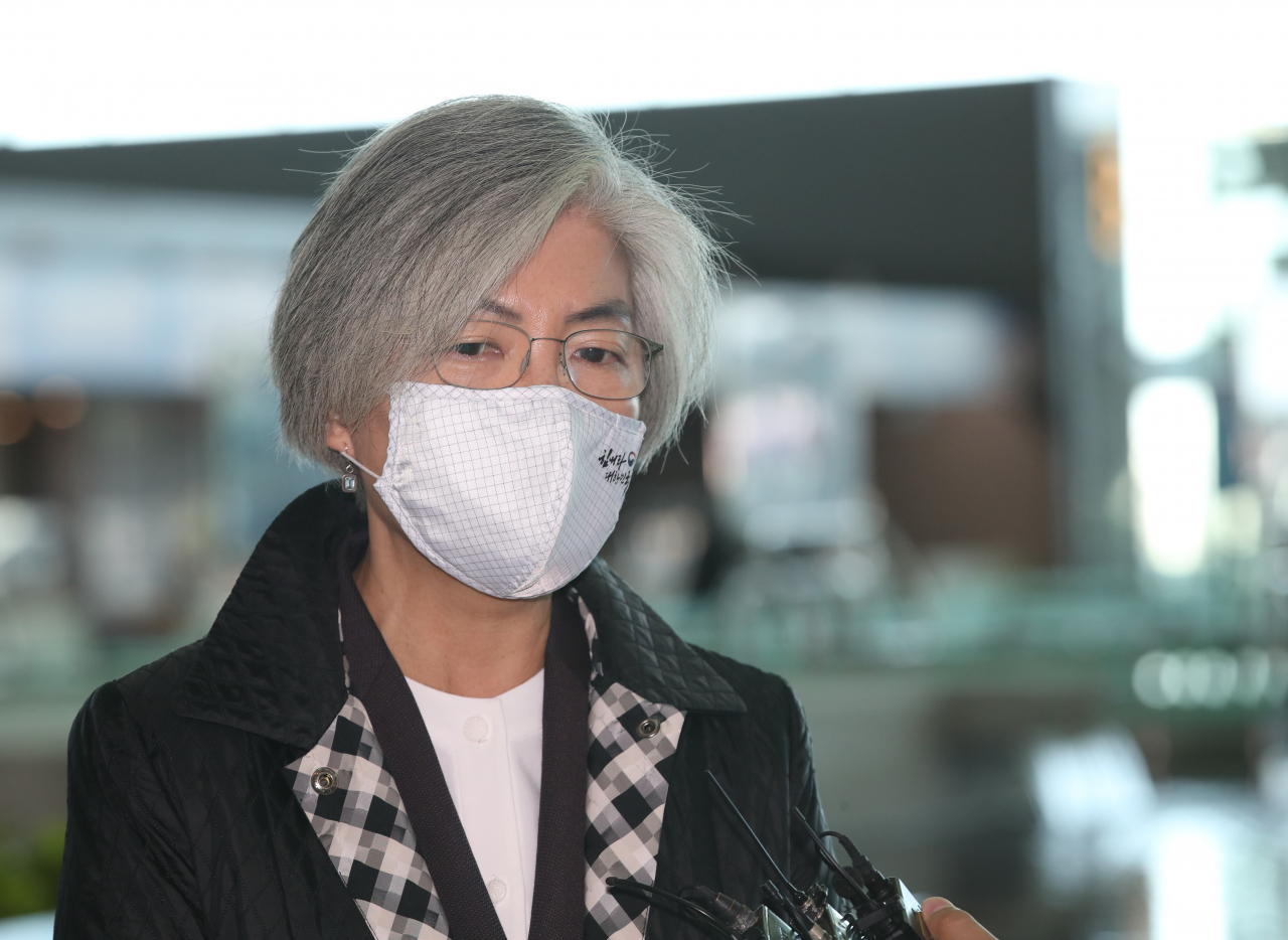 Foreign Minister Kang Kyung-wha speaks to reporters before leaving for the United States, at Incheon International Airport, west of Seoul, in this photo taken on Nov. 8. (Yonhap)