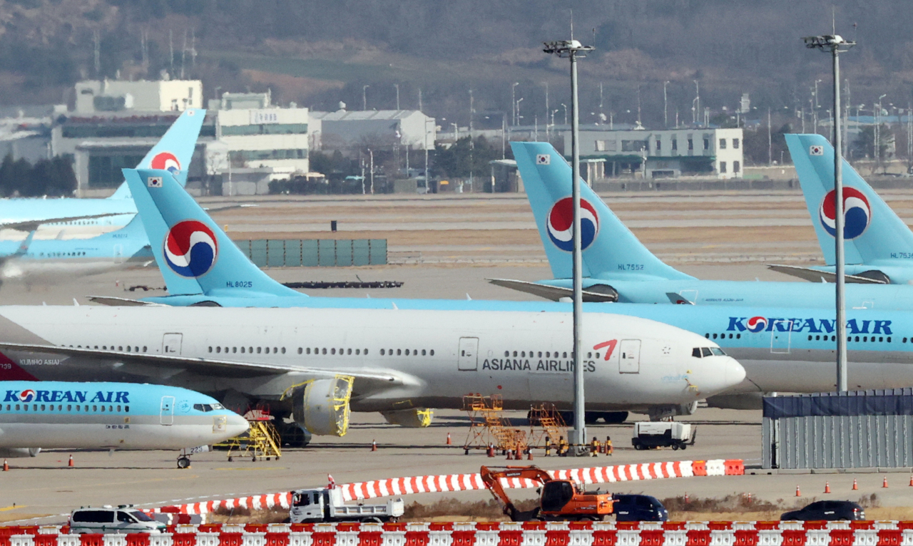 Korean Air and Asiana Airline airplanes sit at Incheon International Airport on Tuesday. (Yonhap)