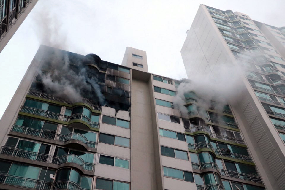 A fire at an apartment building located in Gunpo. (Yonhap)