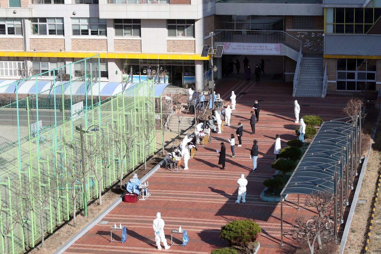 Medical workers conduct coronavirus tests on students and teachers at a middle school in the southwestern city of Gwangju on Tuesday, following the discovery that one of the school's students was infected with COVID-19. (Yonhap)