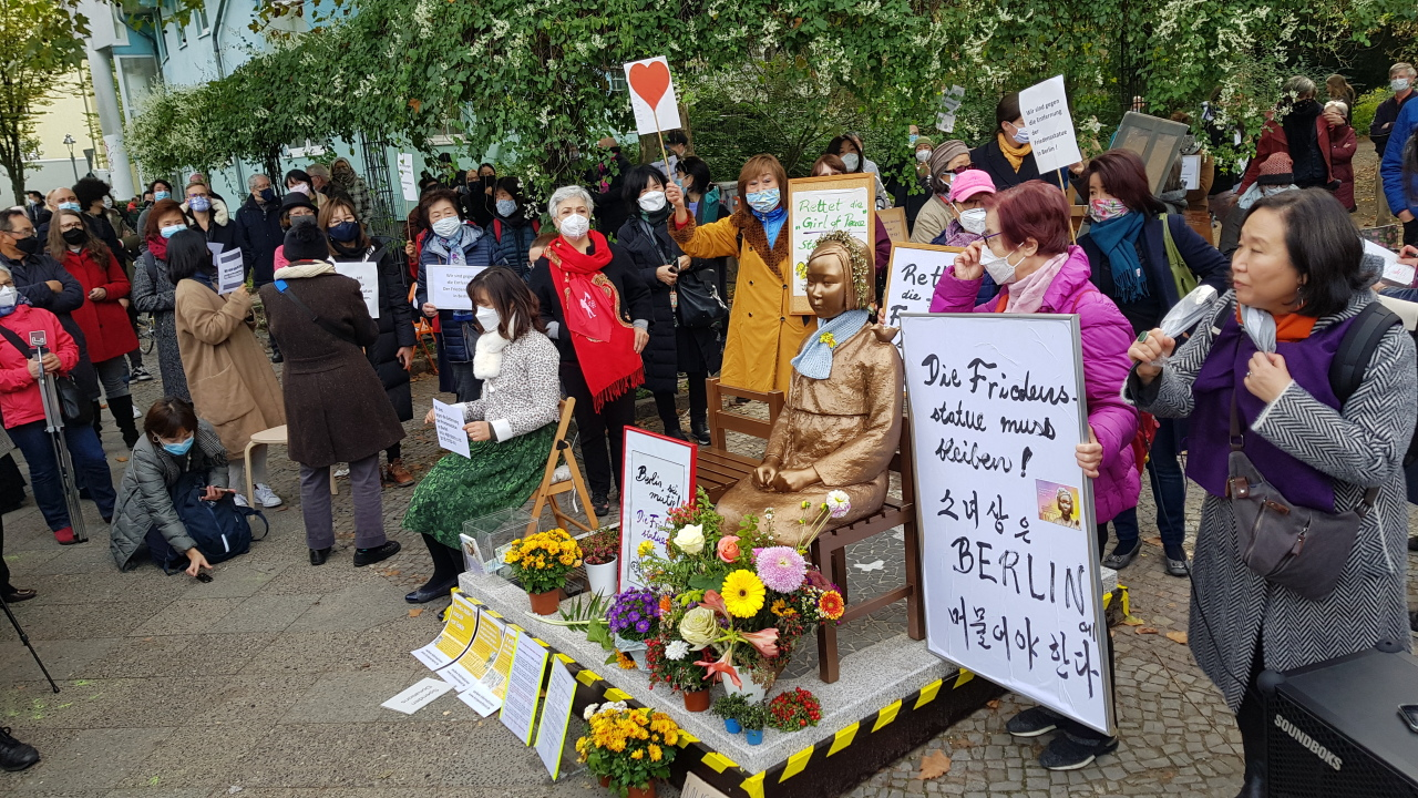 Activists stage a campaign calling for Mitte District to retract its order to remove a sex slave statue erected in a public park in Berlin, Germany, on Oct. 3. (Yonhap)