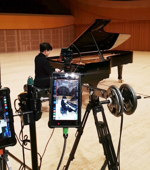 Pianist Sunwoo Yekwon plays the piano on camera as he records a virtual reality concert hall tour at the Lotte Concert Hall in Jamsil, eastern Seoul. (Lotte Foundation for Arts)