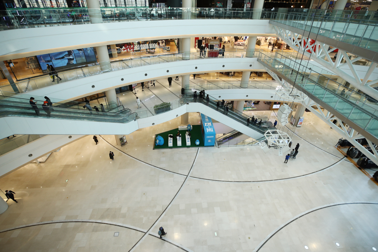 A typically crowded mall in Seoul appears empty on a Wednesday afternoon amid a resurgence in coronavirus cases. (Yonhap)