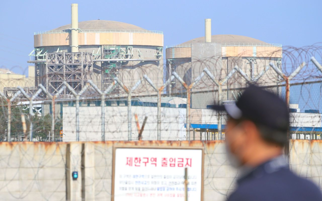 The now-decommissioned Wolsong-1 nuclear reactor (R) on Oct. 20 in Gyeongju, 370 kilometers southeast of Seoul. (Yonhap)