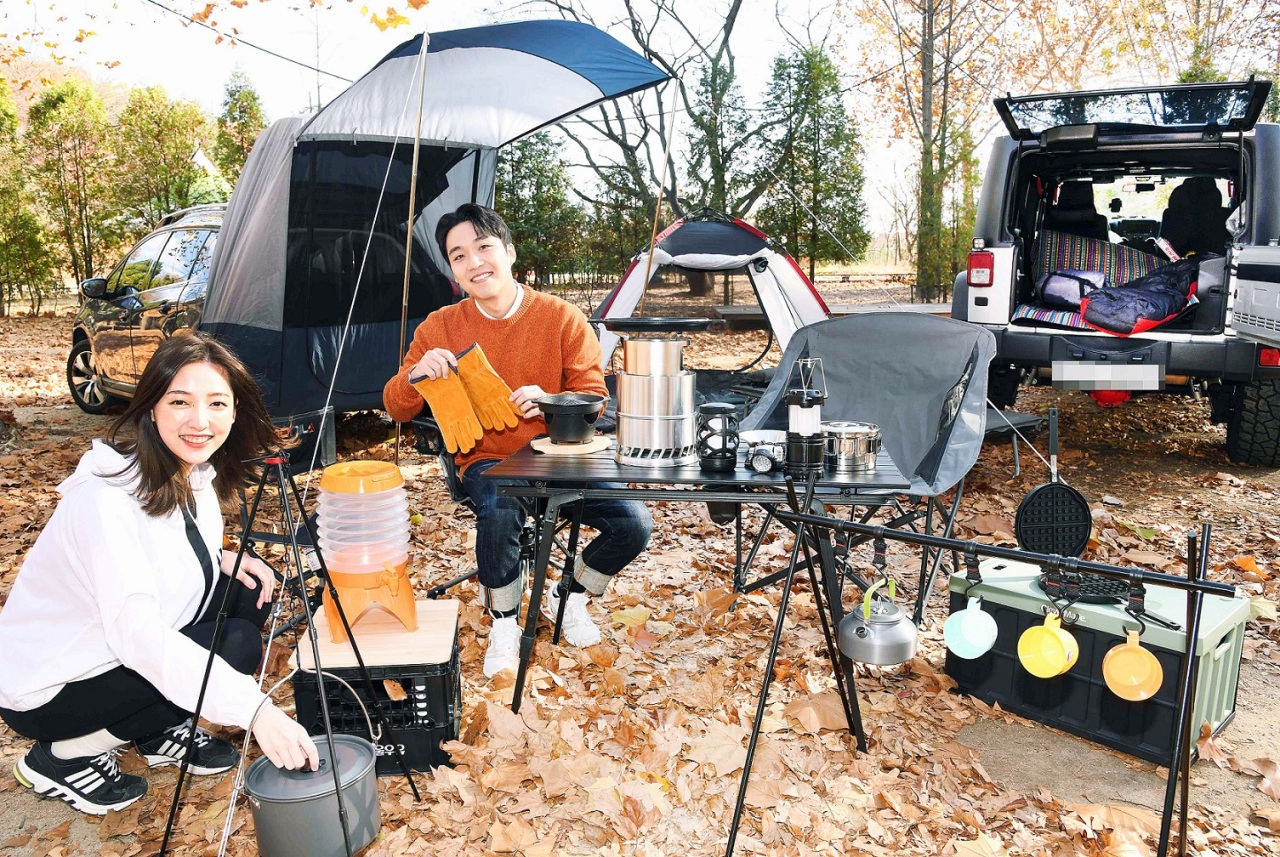Models show off car camping equipment. (Yonhap)