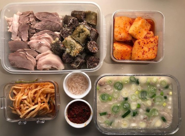 Kim Yu-ri brings glass containers to a restaurant to order takeout food without generating plastic waste. (Kim's Instagram account, jimmy_project_)