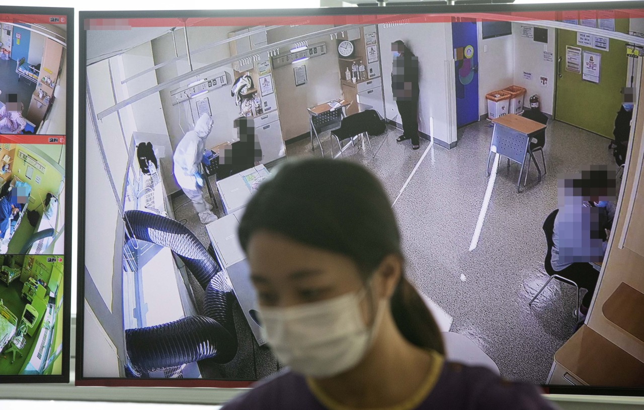 COVID-19 confirmed students take Suneung at hospital (Yonhap)