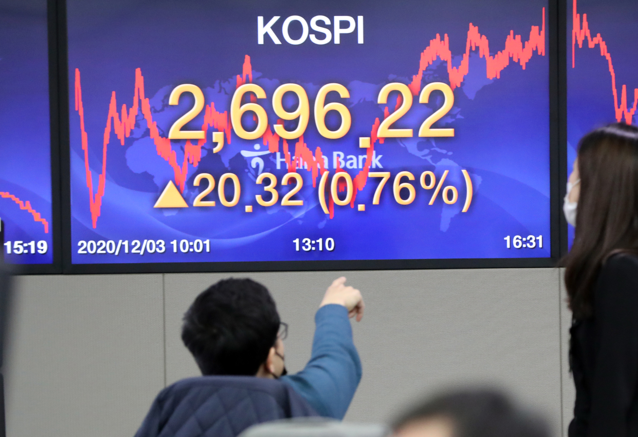 An electronic board at Hana Bank's dealing room in Seoul shows Kospi closed at its all-time high of 2,696.22 on Thursday.(Yonhap)